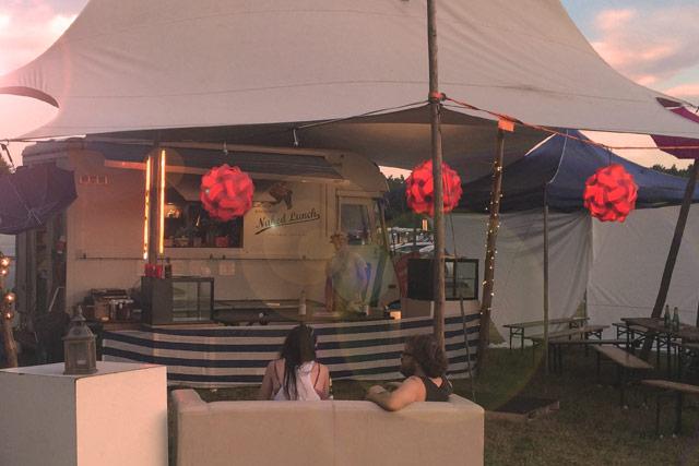Festival Zelt vor dem Food Truck